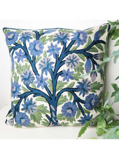 Sierkussen met blauwe bloemen
