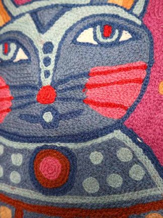 Roze kussen met kat en vogel detail