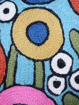 blauw kussen met bloemen close-up