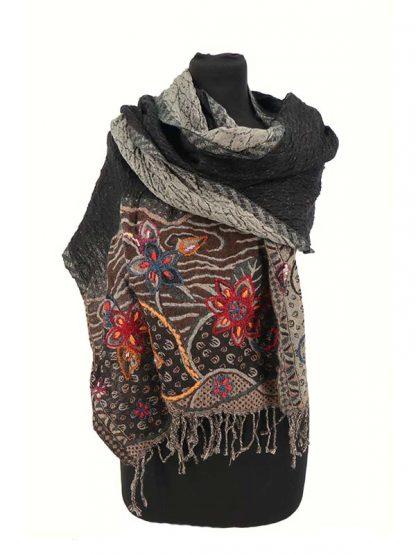 zwarte wollen sjaal met geborduurde rand